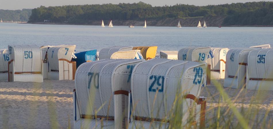 Strandkörbe an der Ostsee beim Hotel Birke
