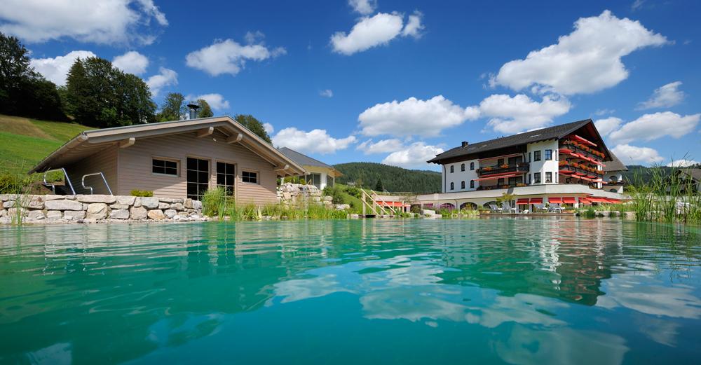 Schwimmteich des Engel Obertal Wellness & Genuss Resort