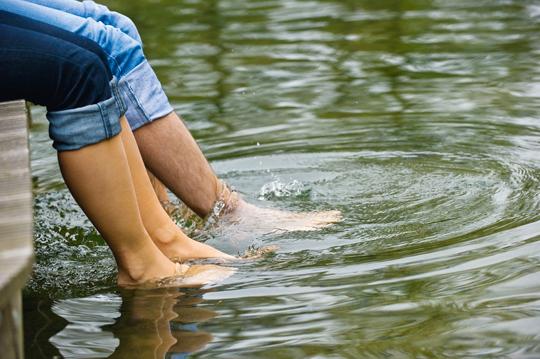 Im Sommer die Füße im Wasser baumeln lassen - ein erfrischend sinnliches Erlebnis!