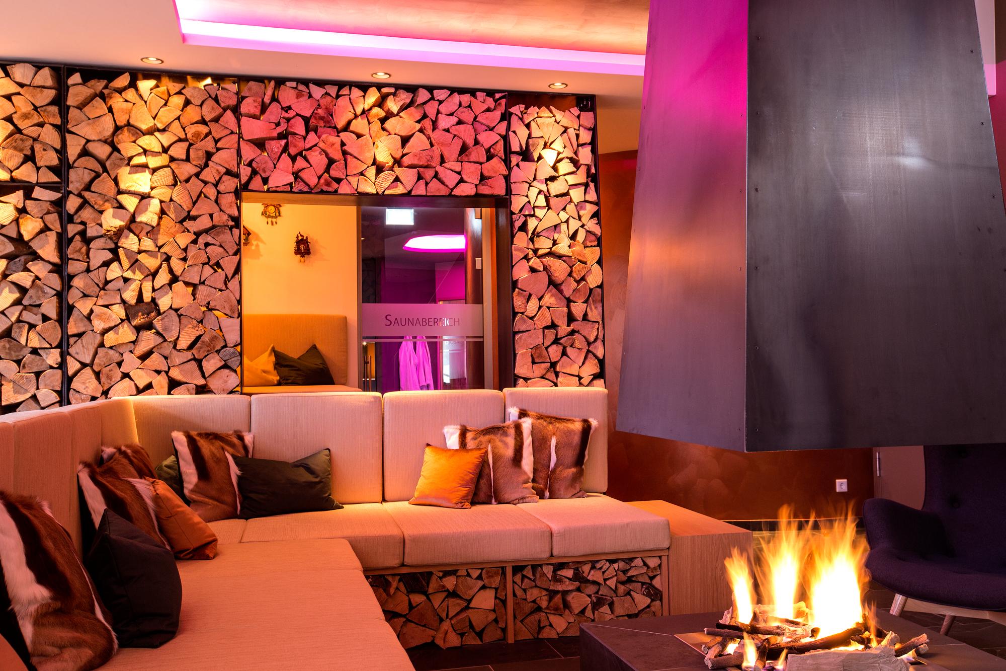 wohltuende wirkung von licht und farben wellness hotels. Black Bedroom Furniture Sets. Home Design Ideas