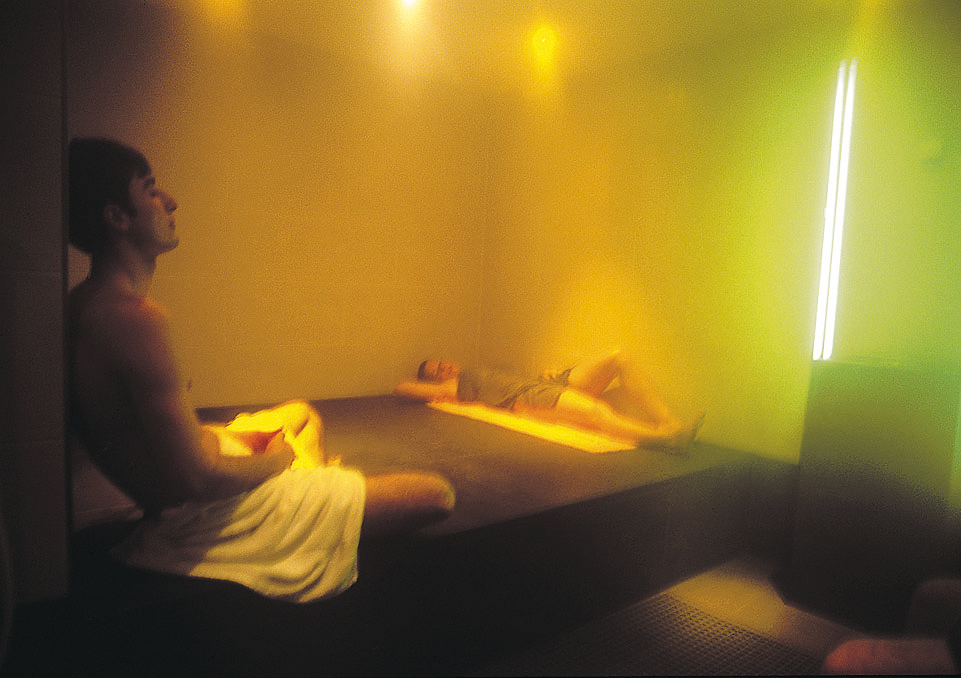 wohltuende wirkung von licht und farben wellness hotels resorts blog. Black Bedroom Furniture Sets. Home Design Ideas