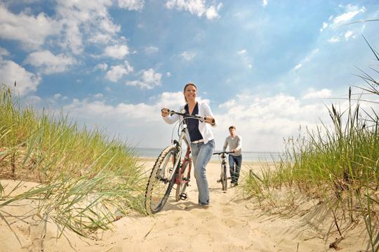 Zwei Radfahrer am Strand in der Nähe des Fürst Jaromar Hotel Resort & Spa - 5 Tipps, die das Urlaubsgefühl verlängern