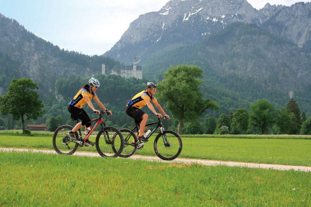 Radfahrer fahren durch das Allgäu - Wellness-Hotel Sommer