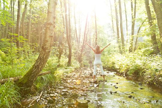 Entspannungsmethoden: Frau steht in Bach und ist entspannt