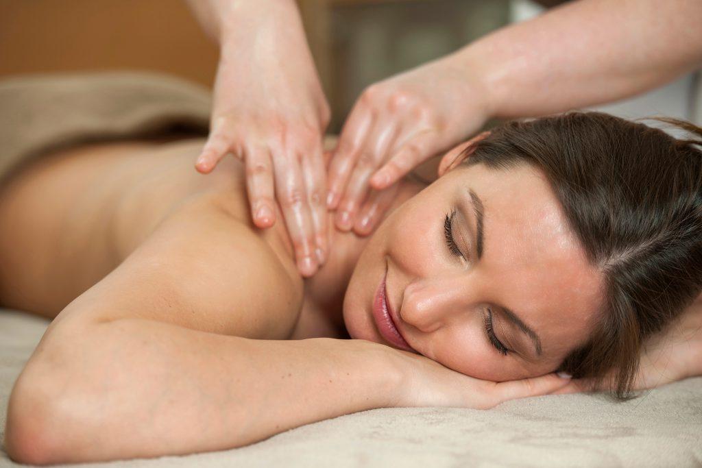Frau entspannt bei Massage innerhalb des Kneipp-Konzepts in Bad Clevers Gesundheitsresort & Spa