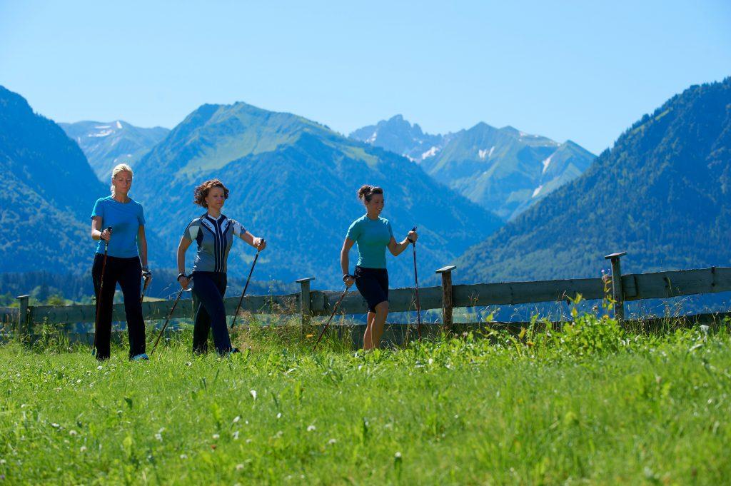 Walken durch die Natur im Schüle's Gesundheitsresort & Spa im Rahmen des Kneipp-Konzept