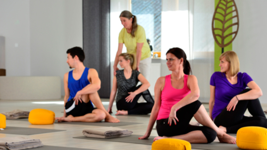 Entschleunigung: Yoga in der Gruppe im Freund - Das Hotel & Spa-Resort