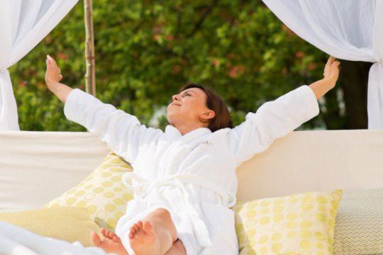 Erholsam schlafen im Hotel Heinz - Frau dehnt sich