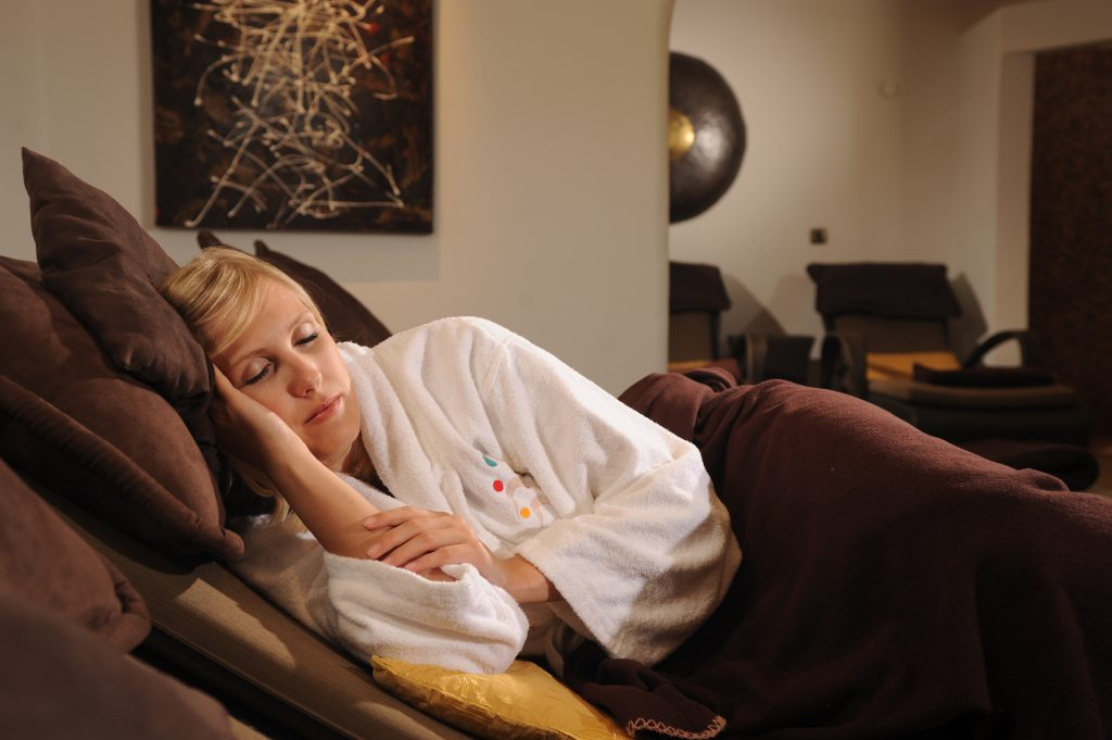 Frau schläft im Freund - Hotel & Spa Resort