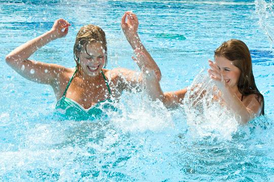 Freundinnen spielen im Wasser im Freund | Romantik Hotel & Spa Resort