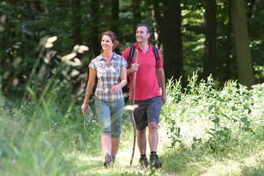 Mann und Frau wandern vom Hotel Deimann, Sauerland aus