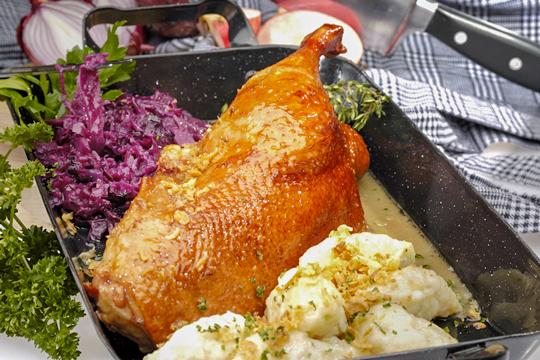 Weihnachtsgans mit Kartoffelknödel & Rotkohl
