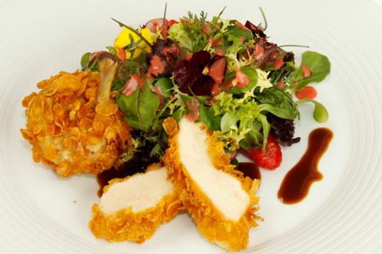 Foto zum Rezept für das Brust und Keule vom Westfälischem Kikok-Hähnchenim Knuspermantel mit Wildkräutersalat